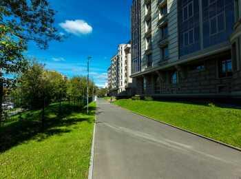 Двор без машин, пешеходные дорожки на территории